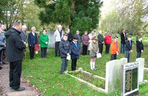 children respectfully marking remembrance day 2014